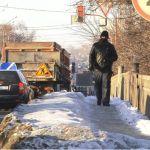 Барнаульцев отправили ходить по дороге вместо тротуара на время ремонта моста