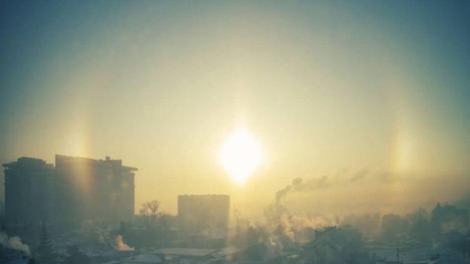 Солнечное гало засияло в морозном небе над Барнаулом