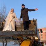 Не хватило на лимузин: в Барнауле молодожены катались в ковше снегоуборщика