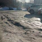 Барнаульцы возмущены опасной дорогой, ведущей к школе и суду