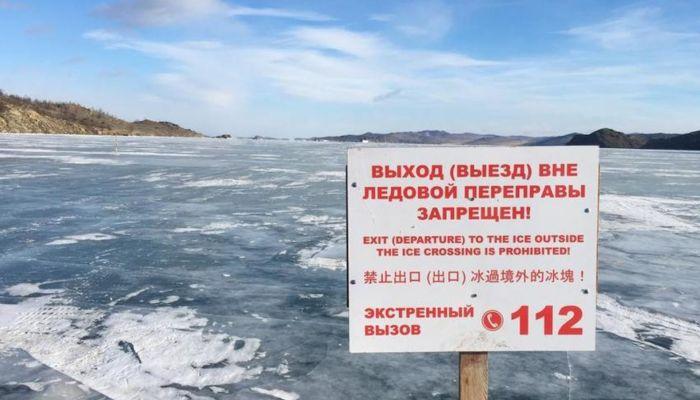 Автомобиль с шестью людьми провалился под лед на Байкале