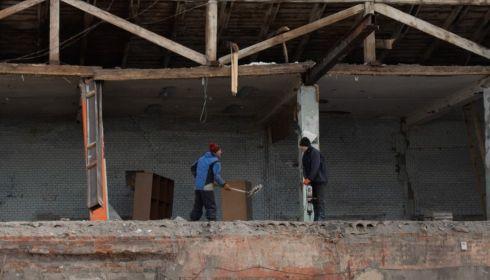 В центре Барнаула сносят мебельную фабрику под элитный дом