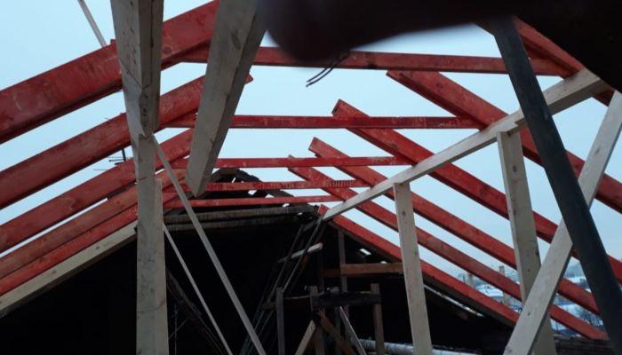В Барнауле начали восстанавливать разрушенную крышу дома на Потоке