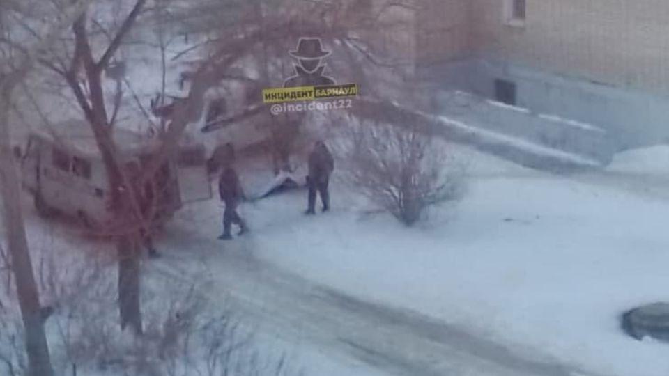 Следком начал проверку после смерти мужчины во дворе дома в Барнауле