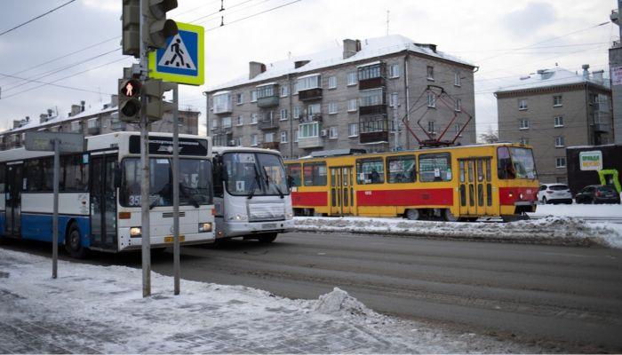 В Барнауле пассажиров маршрутки высаживают прямо на проезжую часть