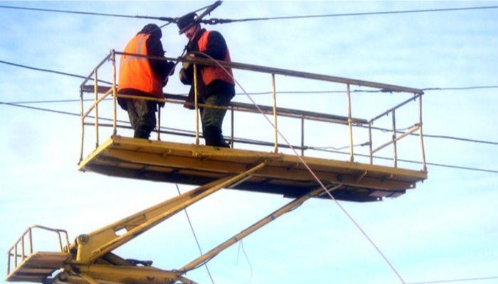 В Барнауле ищут водителя негабарита, оборвавшего трамвайные провода