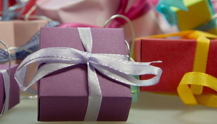 Как поздравить учителя с 23 февраля и каким подарком удивить педагога