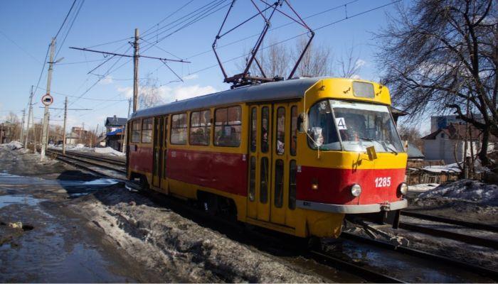 Автомобилисты Бийска ездят по трамвайным путям из-за снега на дорогах