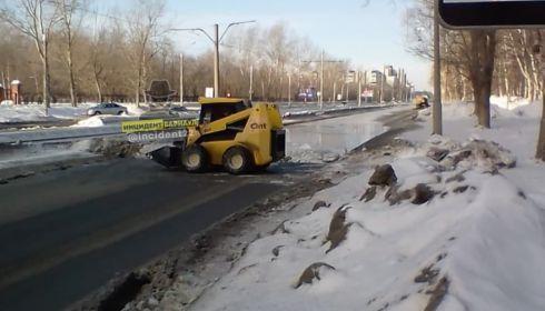 Улицу Антона Петрова в Барнауле залило водой из-за коммунальной аварии