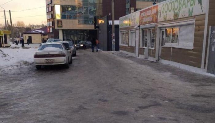 Жители Барнаула пожаловались на страшный гололед и опасные кучи снега