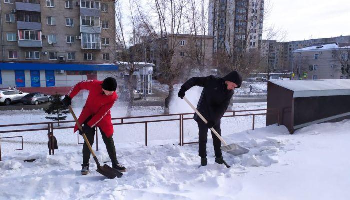 Барнаульские студенты с лопатами в руках помогают службам бороться со снегом