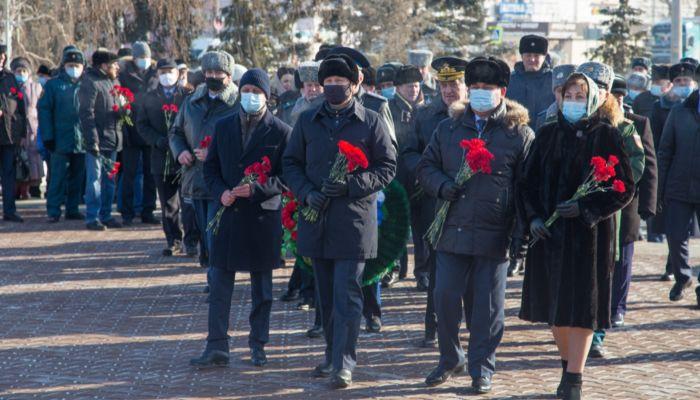 Томенко и Франк возложили цветы к Мемориалу Славы в День защитника Отечества