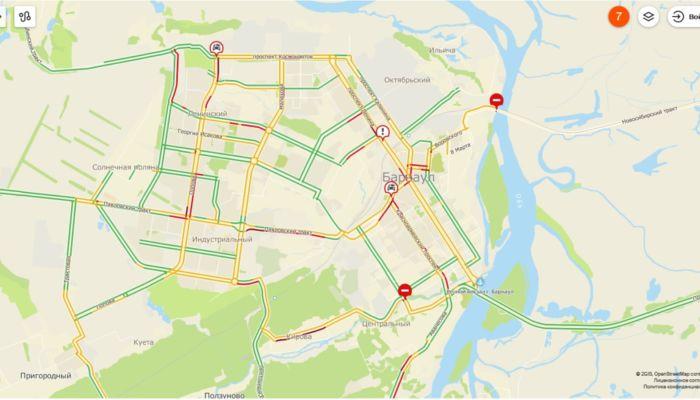 Два ДТП и пробки затруднили движение утром в Барнауле