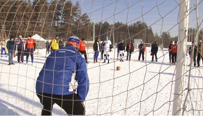 Алтайские журналисты и чиновники сыграли в футбол, несмотря на мороз