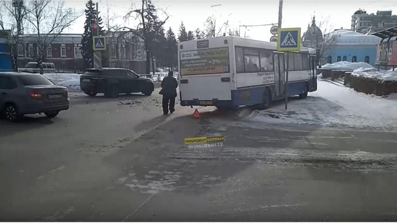 В центре Барнаула автобус вылетел на тротуар после ДТП