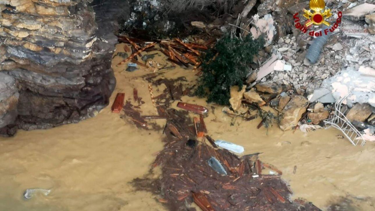 Около двухсот гробов уплыли в море из-за оползня в Италии