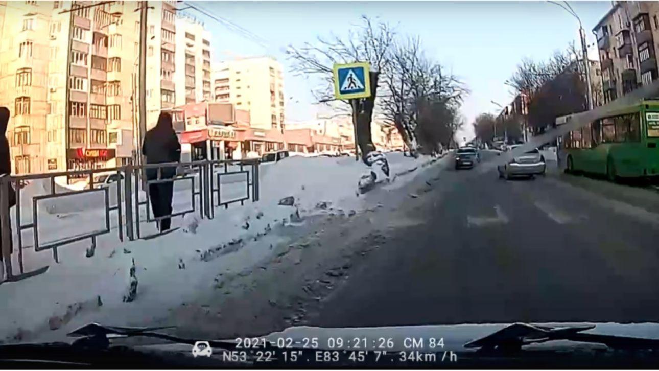 """В Барнауле автобус переехал женщину-пешехода на """"зебре"""""""