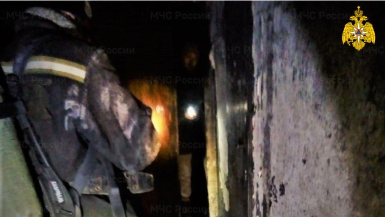 В Барнауле 11 человек спасли из горящего дома на Павловском тракте