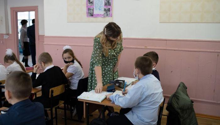 Костенко заявил, что средняя зарплата педагогов достигла 31 тыс. рублей