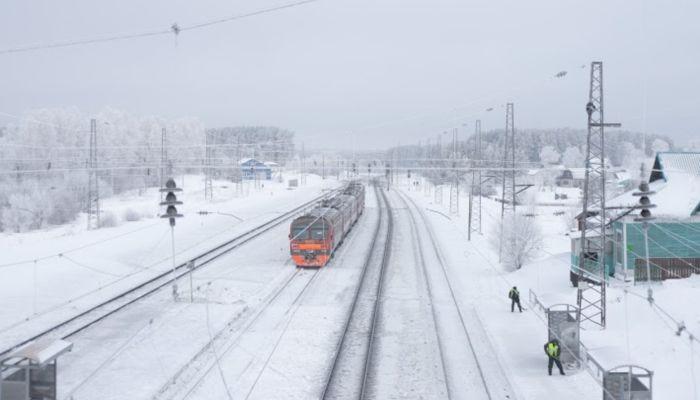 В Сибири поезд насмерть сбил девятилетнюю девочку, которая вела пьяного отца
