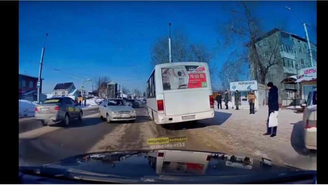 """В Барнауле автомобиль сбил 29-летнюю девушку на """"зебре"""""""