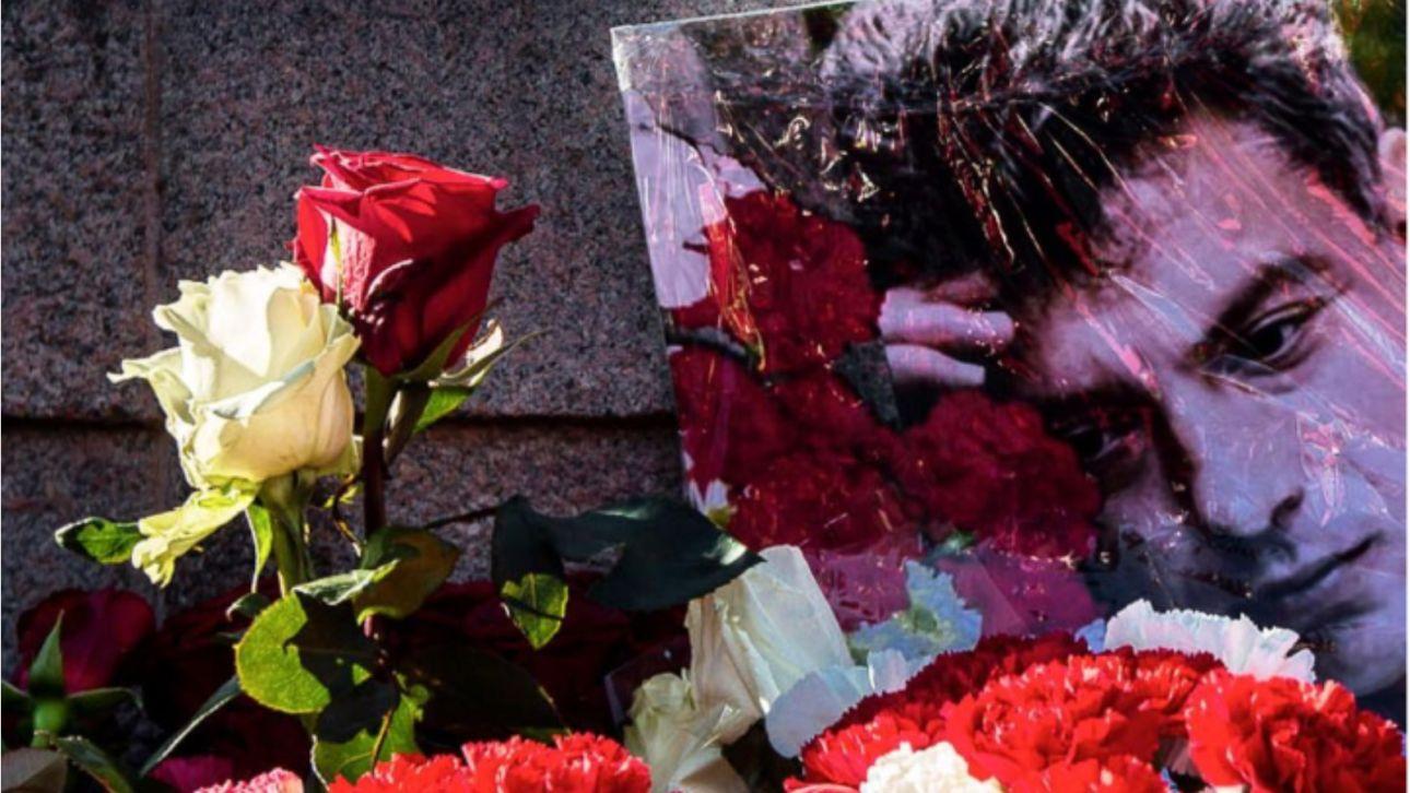 Около 100 человек пришли на акцию памяти Немцова в Барнауле