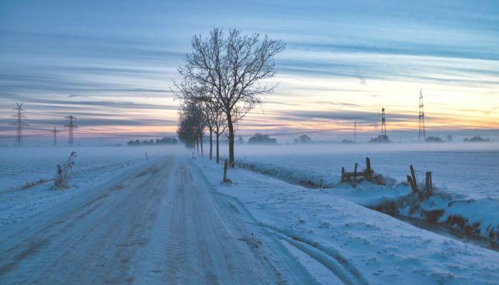 Зачем дорогу зимой посыпают солью и вредит ли она машинам