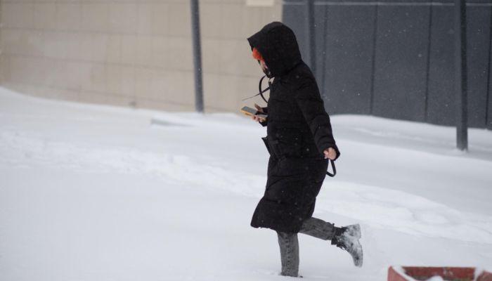 Занесло: в Барнауле по сугробам и снегу с трудом передвигаются и люди, и машины