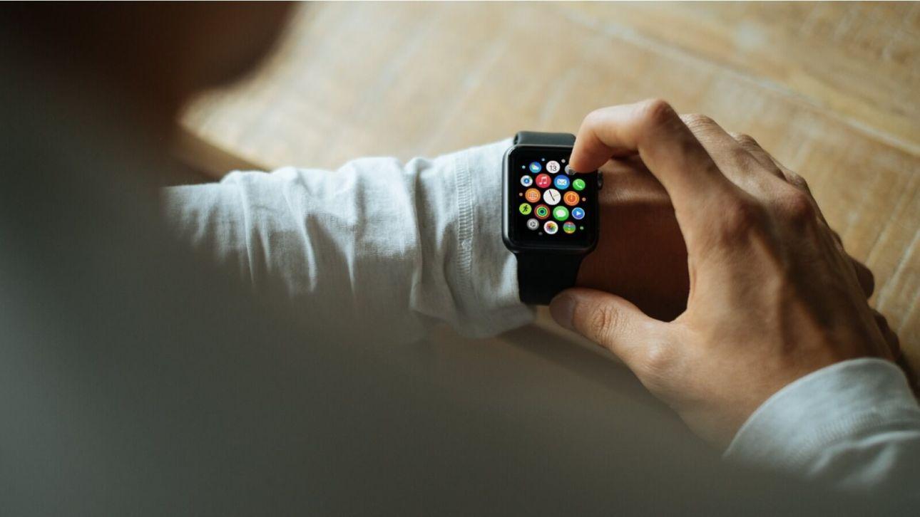 Мужчины предпочитают получать в подарок умные часы, браслеты и смартфоны
