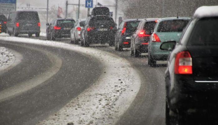 В Барнауле вновь образовались сильные пробки после суток метели