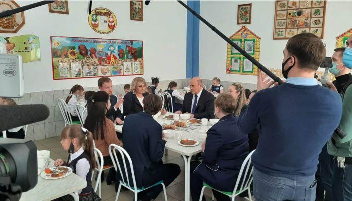 Михаила Мишустина накормили гречневой кашей в барнаульской школе №53