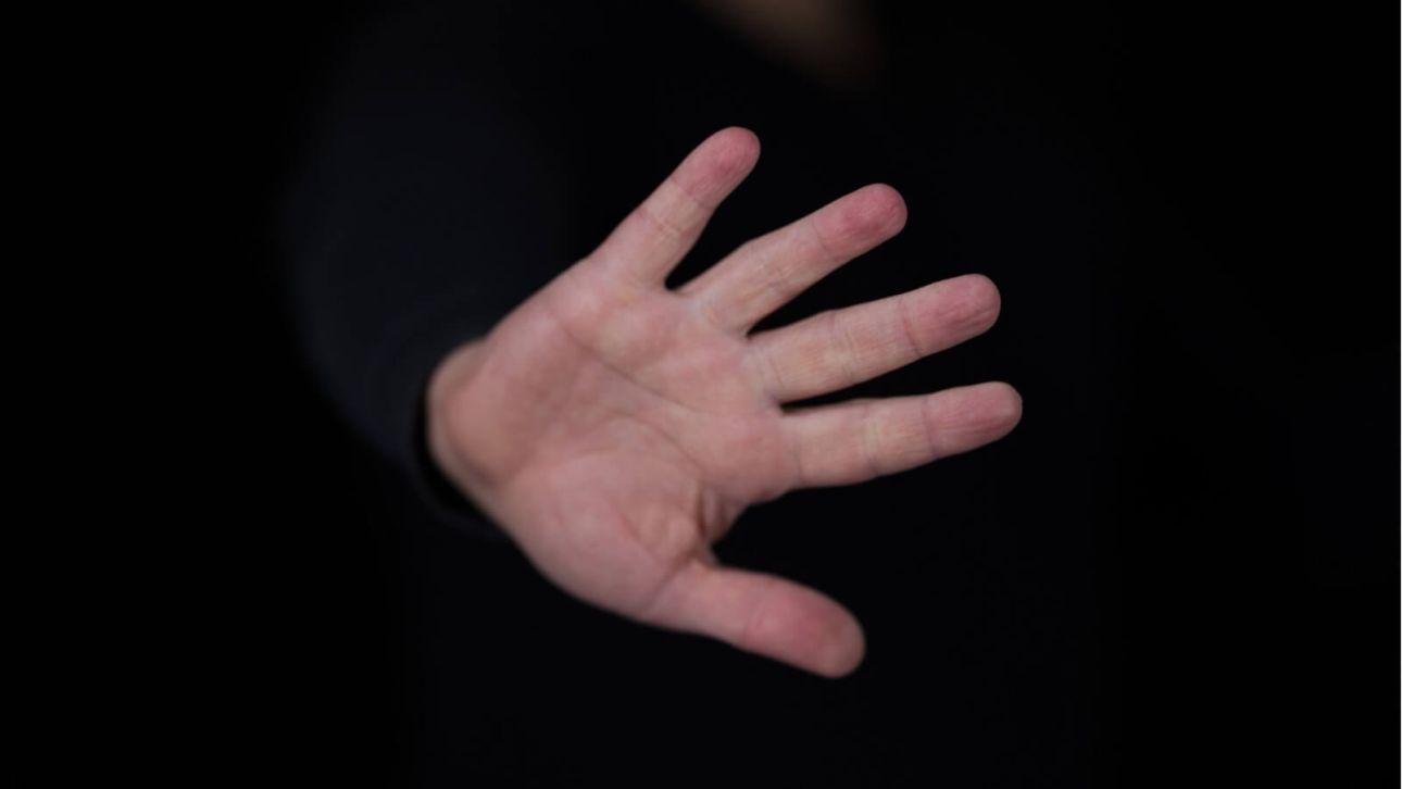 Будила ударом в живот: жительницу Алтая судят за издевательства над падчерицами