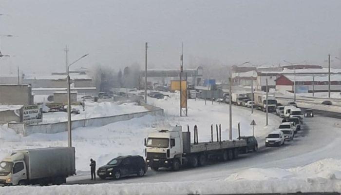 Огромная пробка собралась под Барнаулом из-за перекрытия трассы