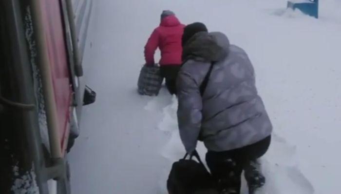 Алтайская прокуратура проверит высадку пассажиров поезда в сугроб