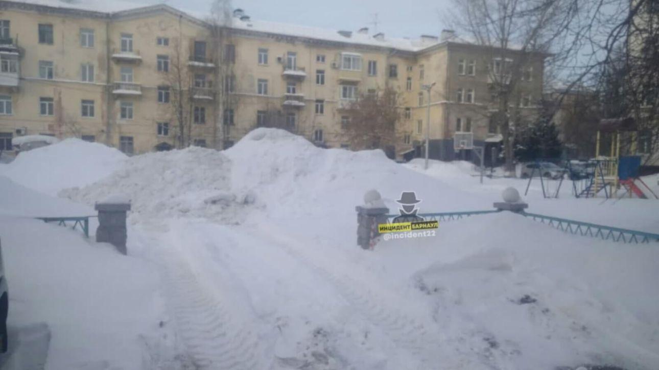 В Барнауле трактор сгружал снег с дороги на детскую площадку