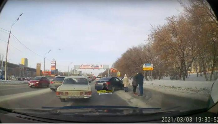 Очевидцы сообщили о дорожном конфликте между водителями в Барнауле