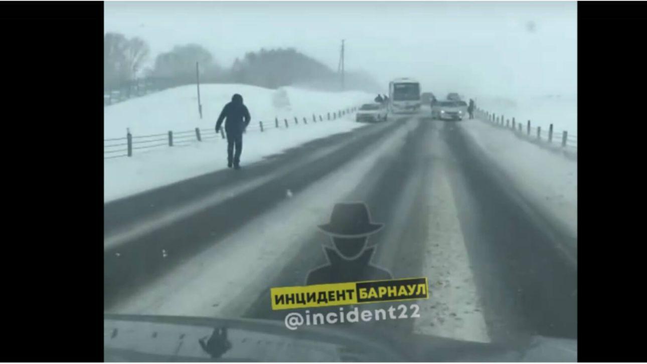Пассажирский автобус столкнулся с тремя автомобилями в Алтайском крае