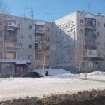 Жительницу Барнаула чуть не накрыла упавшая с крыши глыба снега