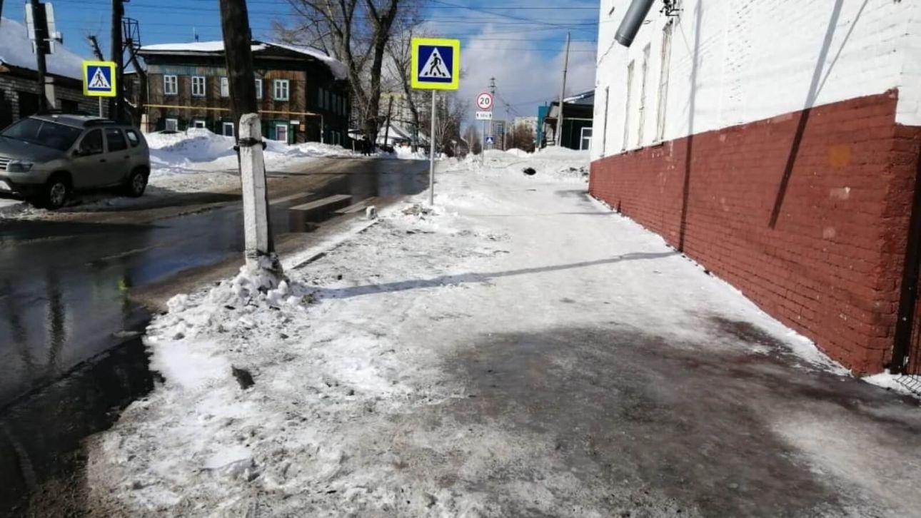 """В Барнауле убрали сугробы на """"бесхозном"""" тротуаре в центре города"""