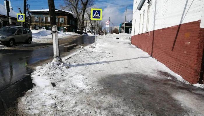 В Барнауле убрали сугробы на бесхозном тротуаре в центре города