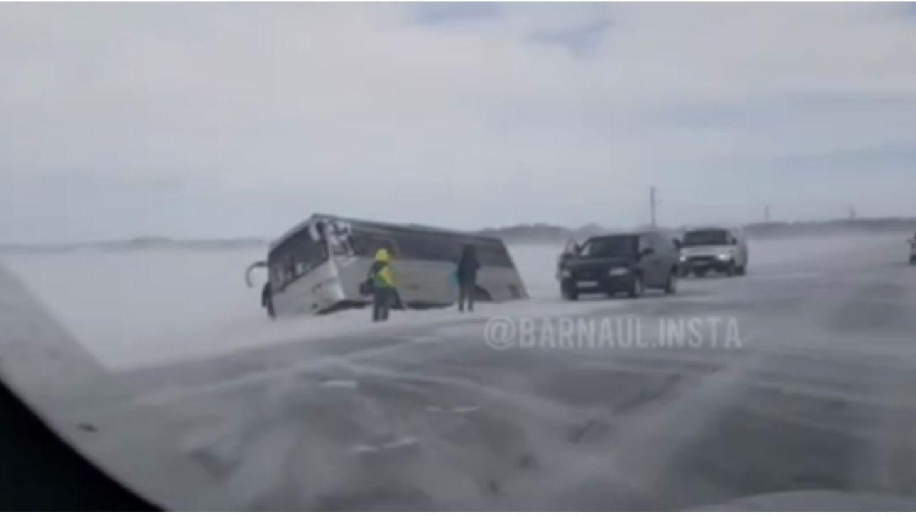 Пассажирский автобус слетел в кювет на трассе в Алтайском крае