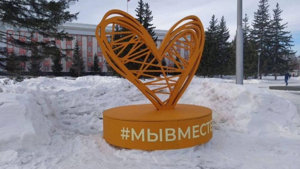 Плетеное сердце: в центре Барнаула установили новый арт-объект
