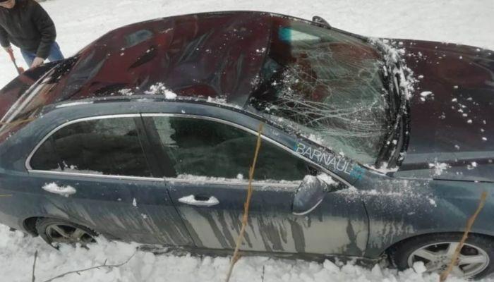 Упавший с крыши снег повредил припаркованный автомобиль в Барнауле