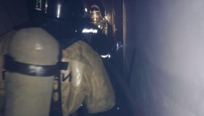В Бийске на пожаре люди оказались в огненной ловушке