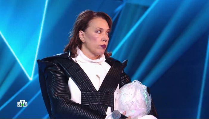 Скрывавшаяся за образом Пингвина Азиза в слезах покинула шоу Маска