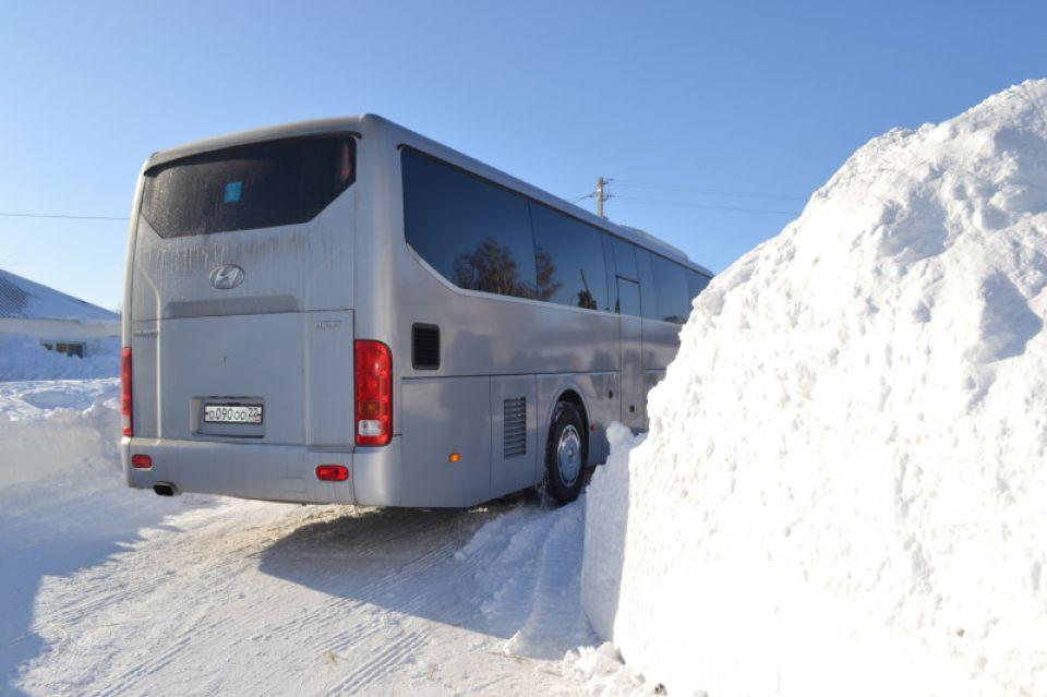 Автобус среди сугробов.