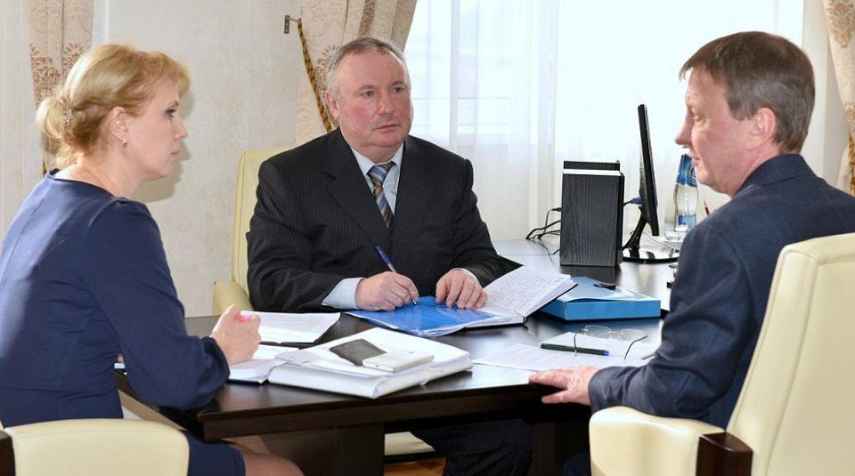 """Сергей Шумов, директор """"Барнаулкапстроя"""" (в центре)"""