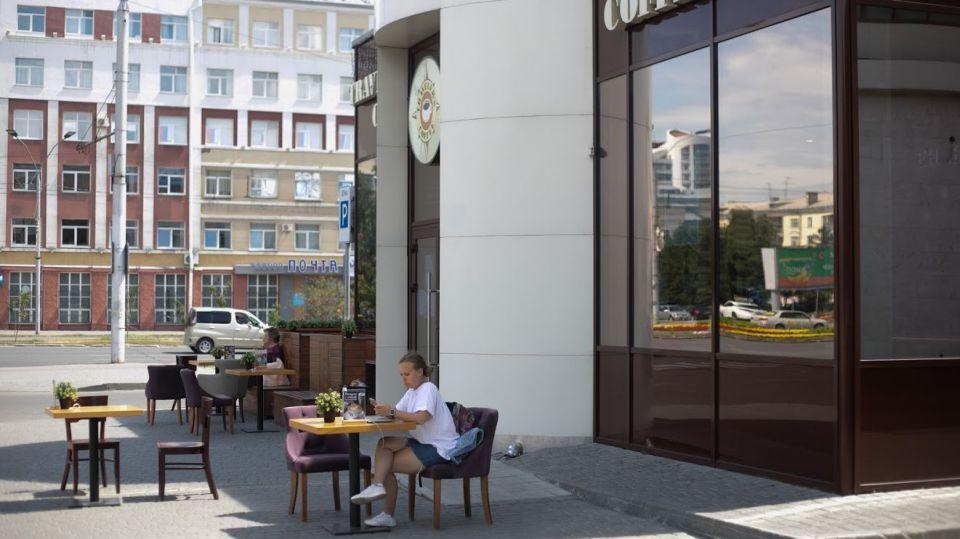 """Не ругайте летние кафе. Как общепит Барнаула выдерживает """"ударный"""" наплыв гостей"""