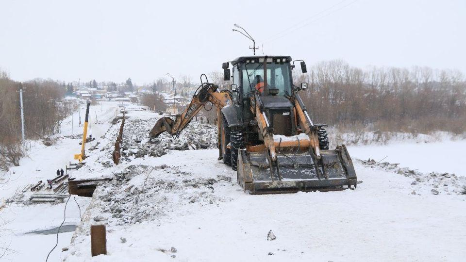 Успеть до паводка: в Заринске активно ремонтируют важный для города мост