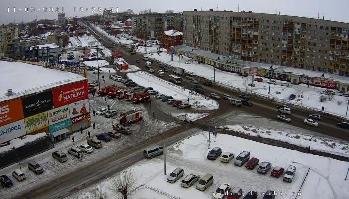 В Бийске около ТЦ Ривьера собралось около десятка пожарных машин